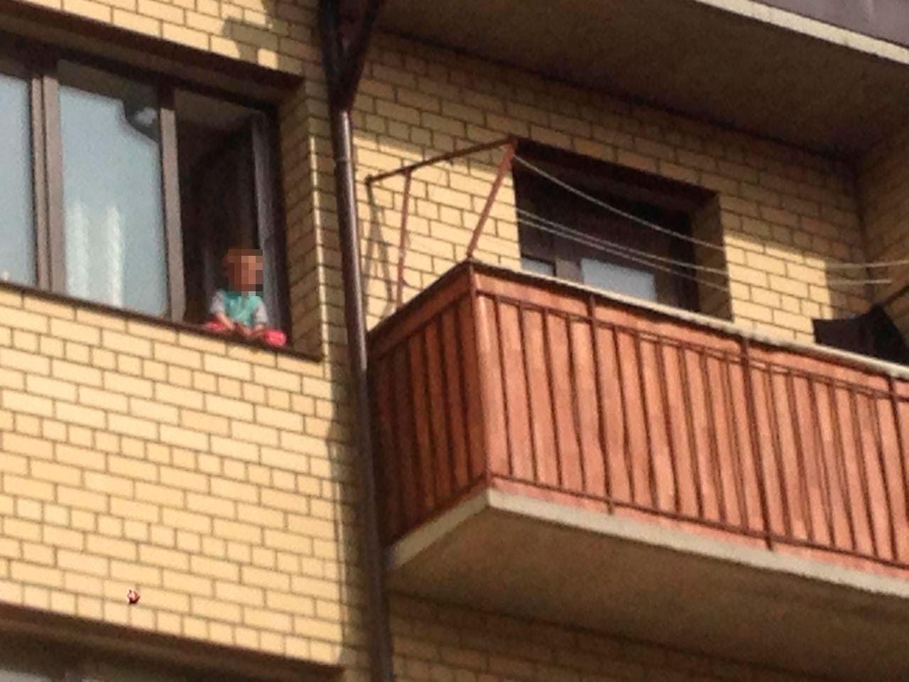 Жители Ярославля забили тревогу из-за ребенка в открытом окне