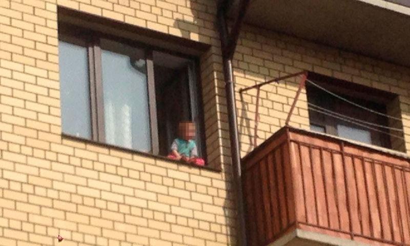 В Ярославле из семьи изъяли детей, которые гуляли по подоконнику у открытого окна