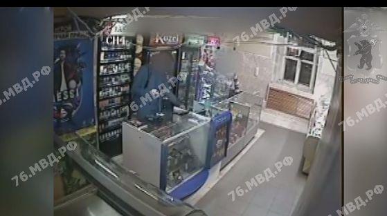 Появилось видео ограбления магазина в центре Ярославля
