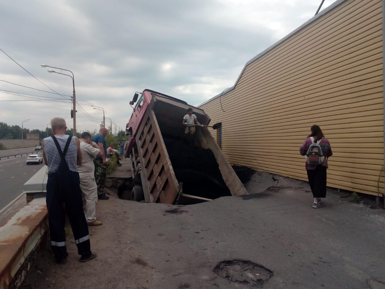 В центре Ярославля груженный асфальтом самосвал провалился под землю