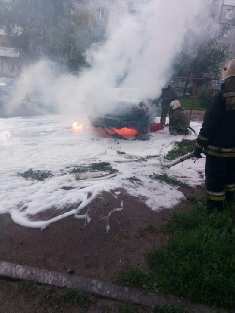 В ярославском дворе неизвестный поджег несколько автомобилей