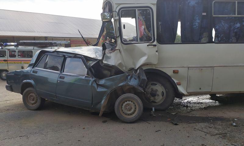 В сети появилось видео смертельного ДТП с участием ВАЗа и автобуса в Ярославской области