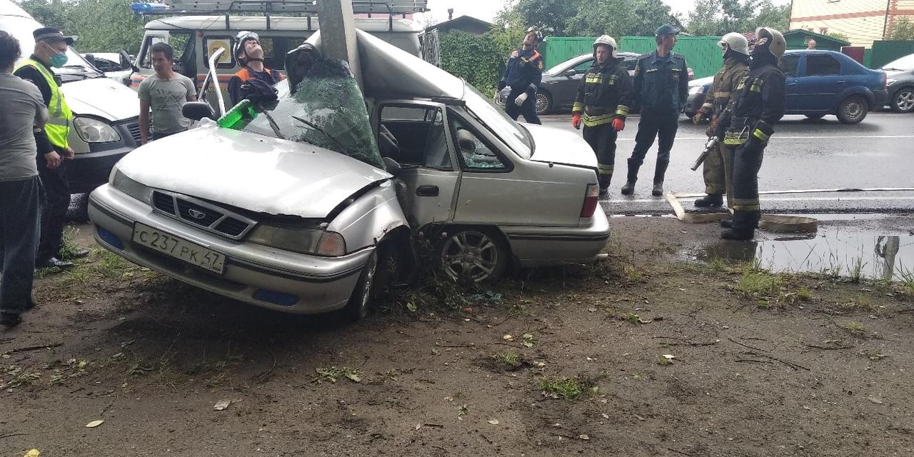 В Ярославле иномарку намотало на столб
