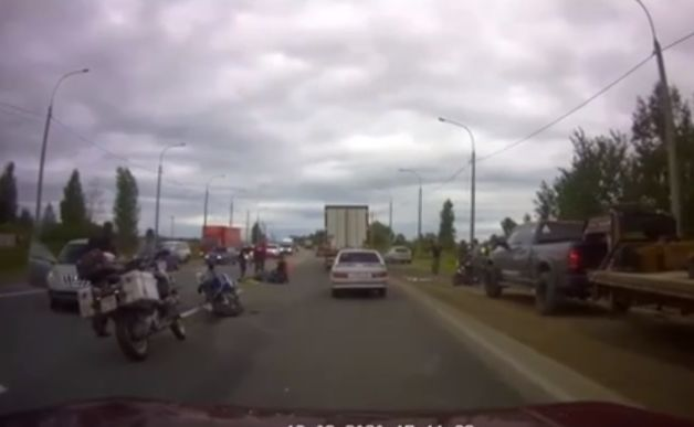 В сети появилось видео ДТП на окружной дороге Ярославля, в котором пострадал мотоциклист