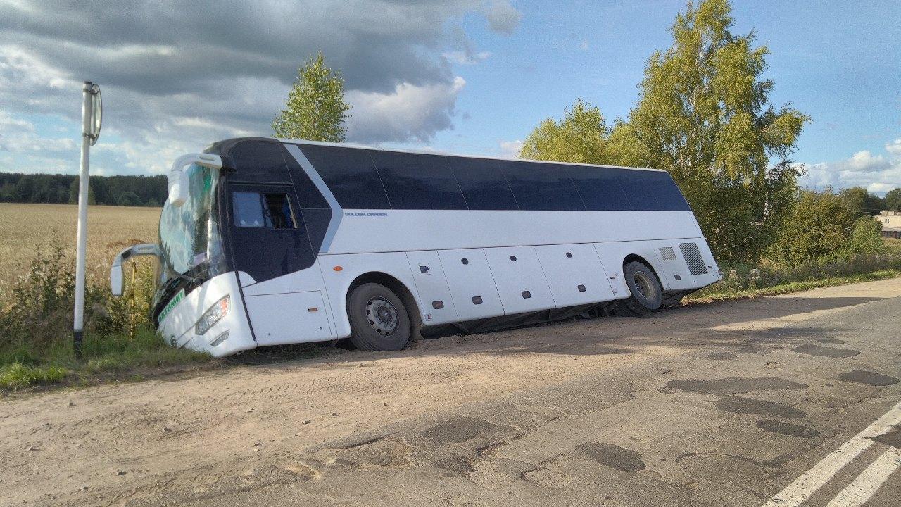 В Ярославской области пассажирский автобус съехал в кювет