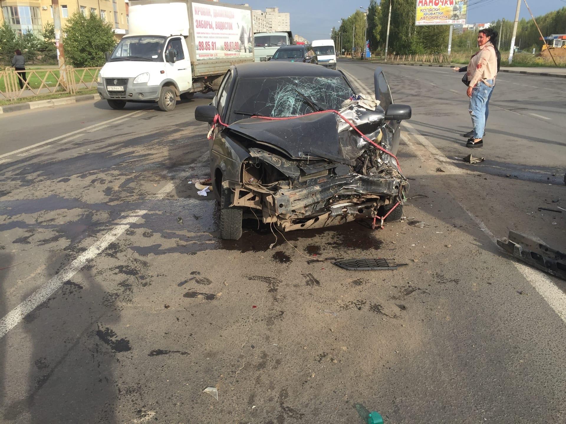 В ДТП с участием четырех машин за Волгой в Ярославле пострадала женщина: видео