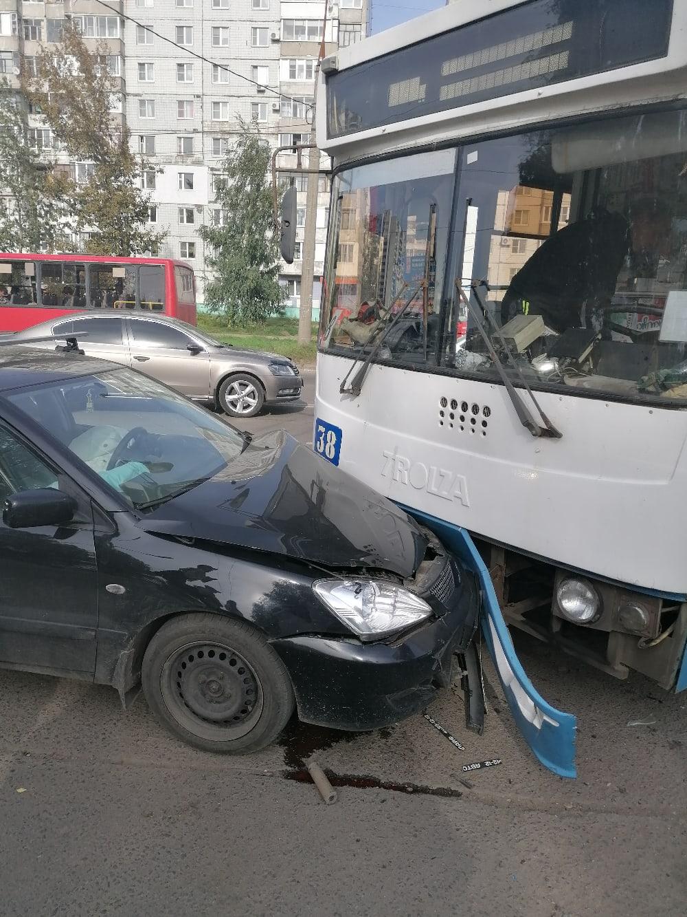 В Ярославле женщина с ребенком на легковушке врезались в троллейбус