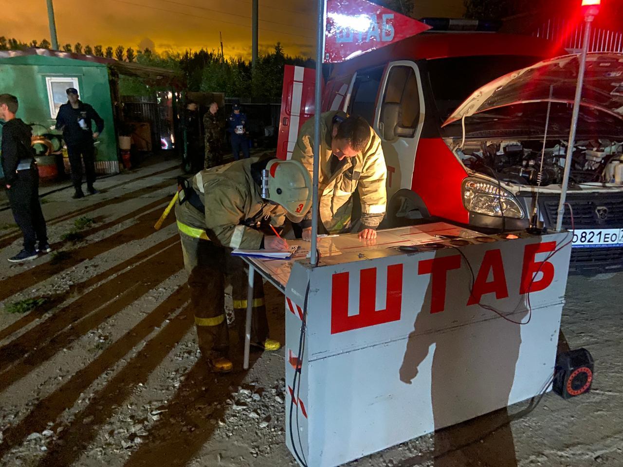 В Ярославле при пожаре в ангаре сгорели пять машин