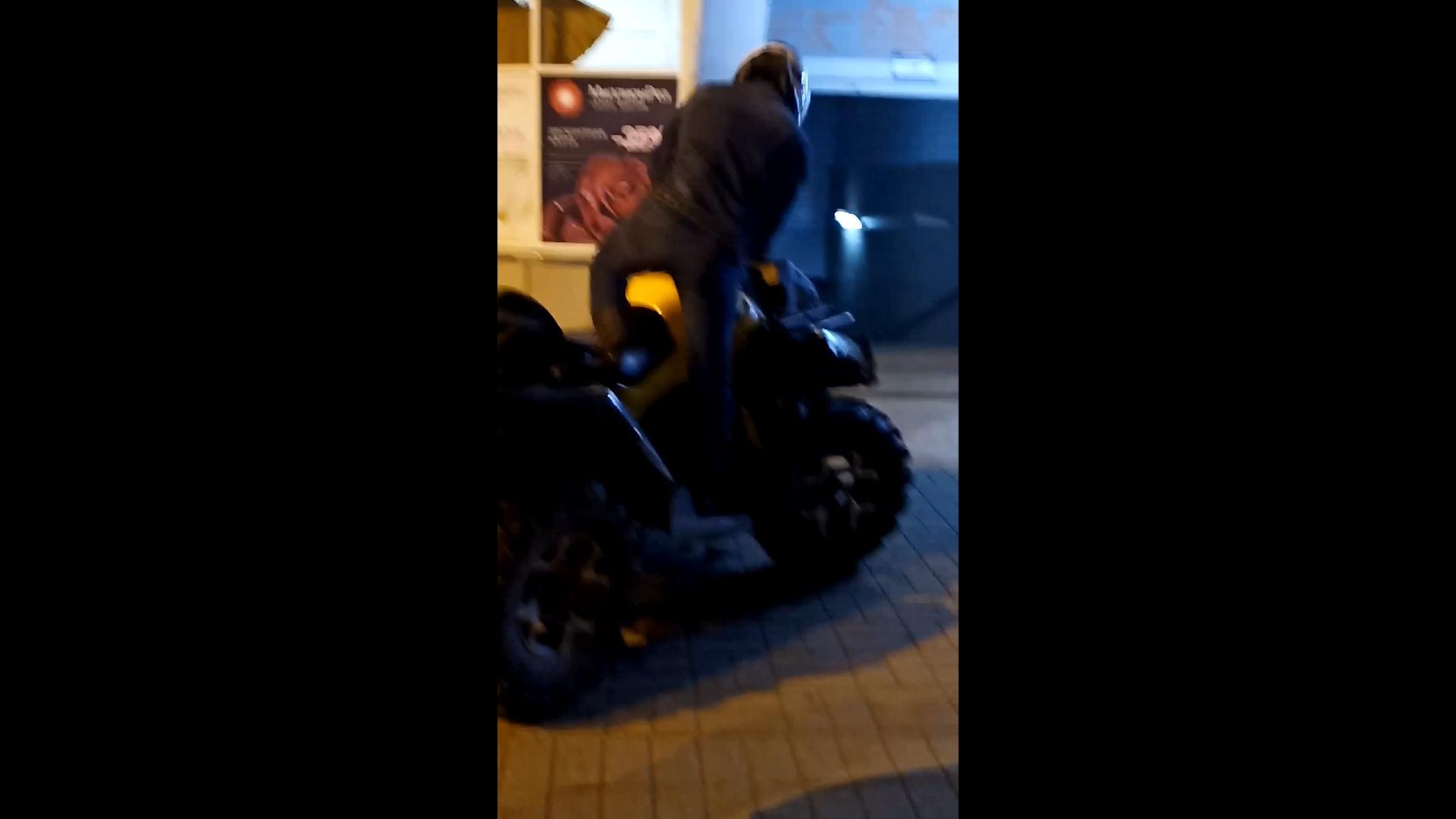 Мужчина на квадроцикле снес забор у ТЮЗа в Ярославле и скрылся с места ДТП