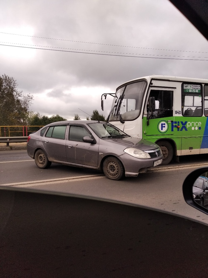 В Ярославле на мосту через Волгу легковушка столкнулась с автобусом