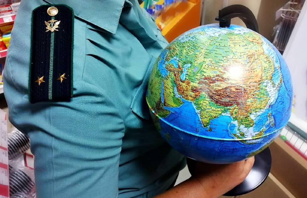 В Ярославле приставы в турфирмах подарили должникам глобусы и запретили выезд за границу