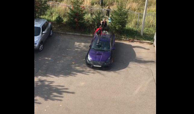 В Ярославле дети бегали по крыше и капоту легковушки