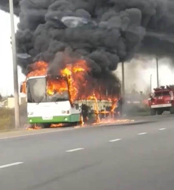 На окружной дороге Ярославля полыхал автобус: видео