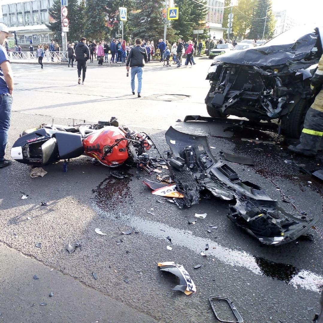 В сети появилось видео столкновения иномарки и мотоцикла в Рыбинске