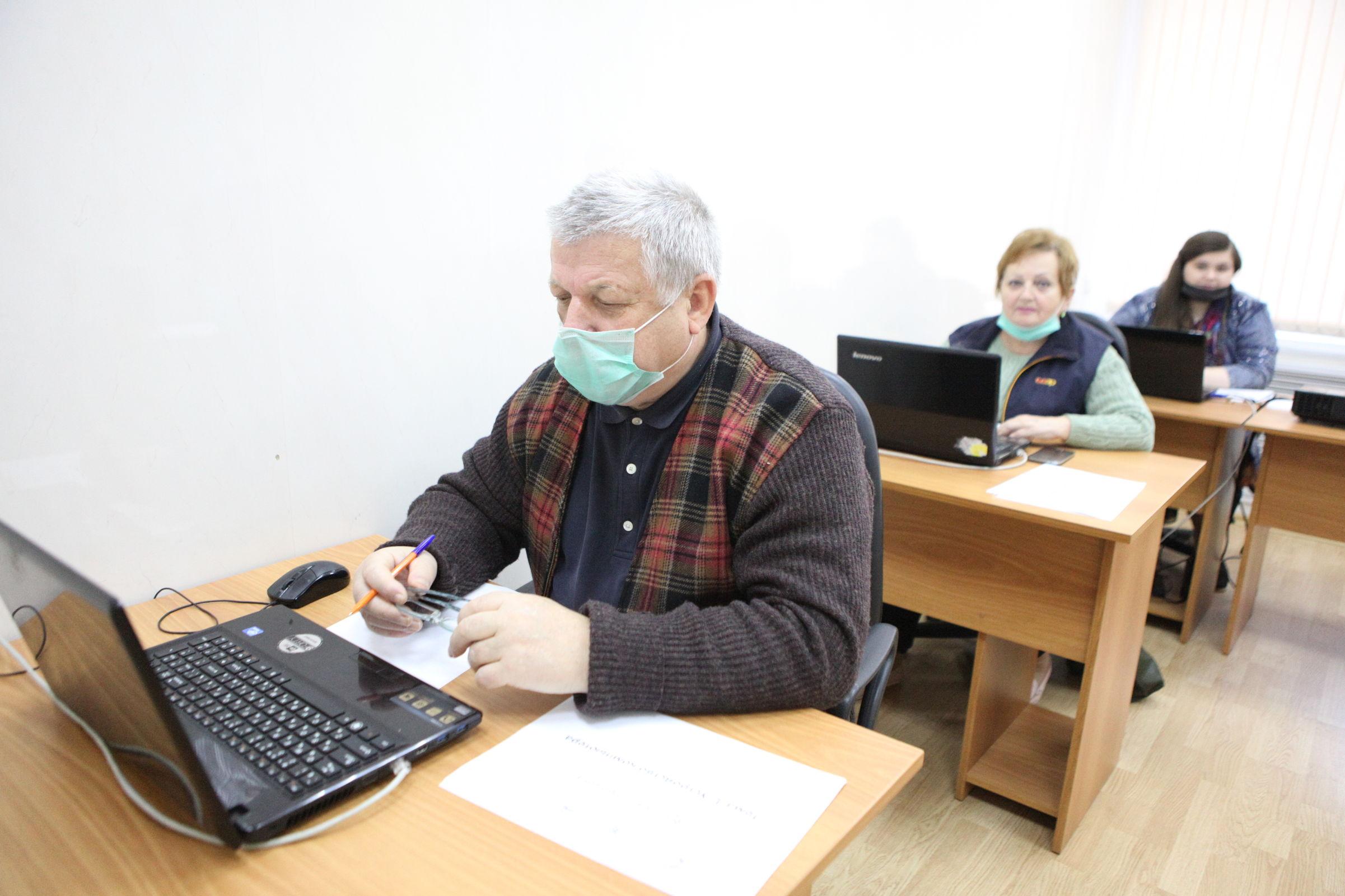 Общаться, читать, платить. Как в Ярославской области проходят курсы компьютерной грамотности для пенсионеров
