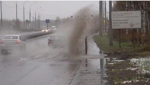 Департамент дорожного хозяйства отреагировал на сообщение в соцсетях о потопе на «пьяной» дороге в Ярославле