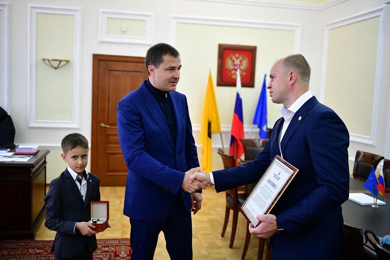 В Ярославле наградили мужчину, спасшего ночью из горящего дома ребенка