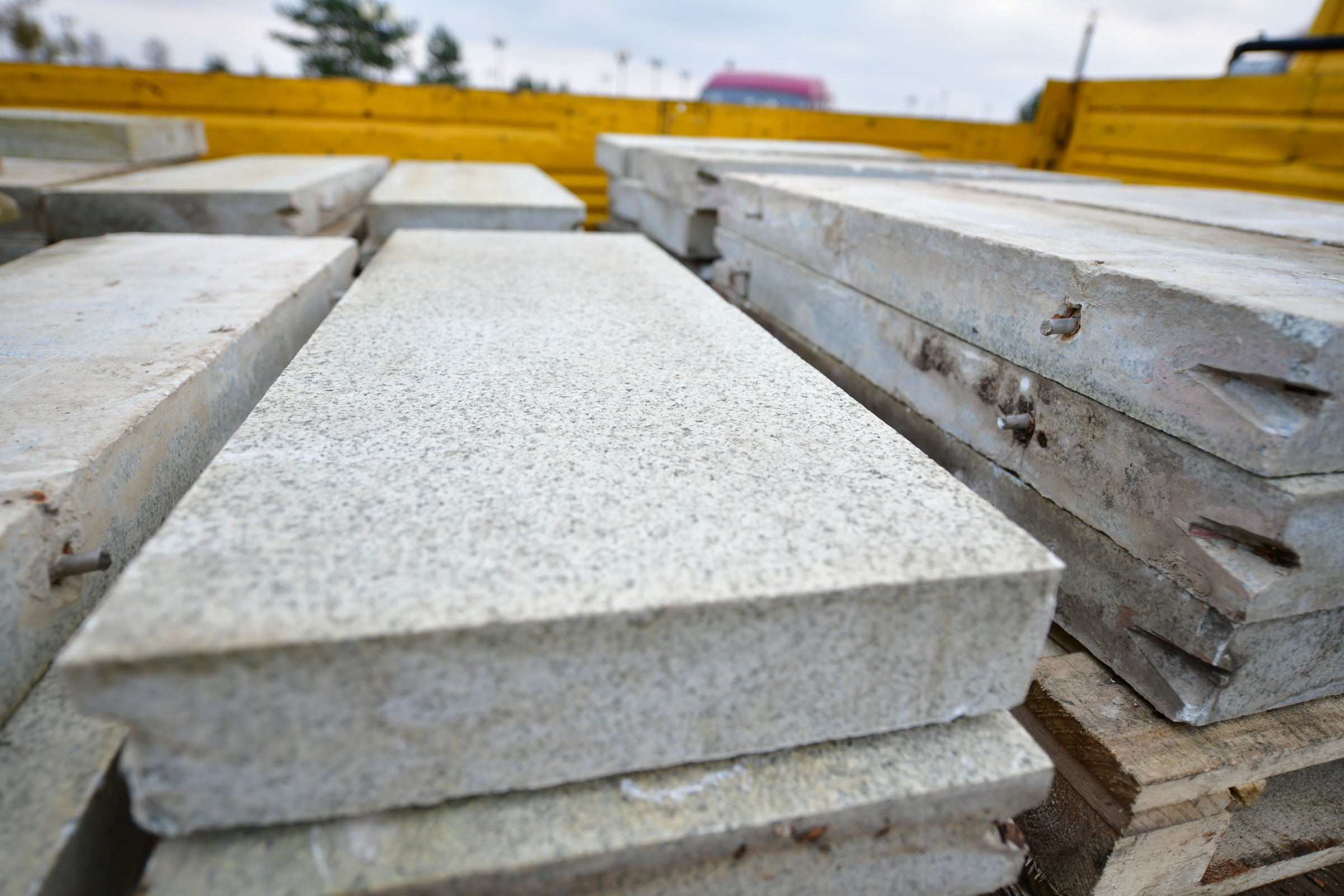 В Ярославле на Стрелке демонтируют мраморные плиты