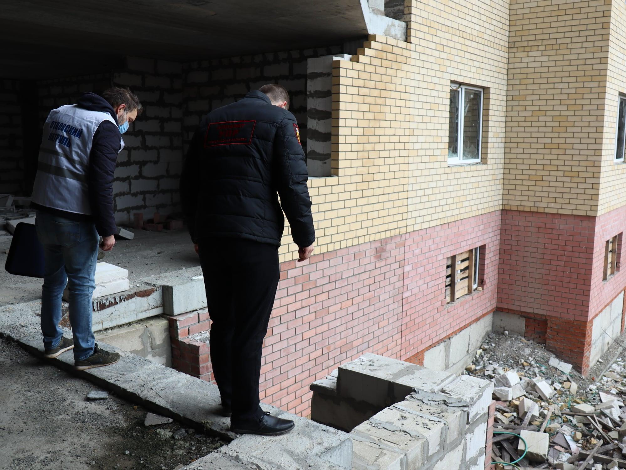 Бетонные плиты, битое стекло и арматура: в Ярославле детский омбудсмен просит ограничить доступ детей к опасному зданию