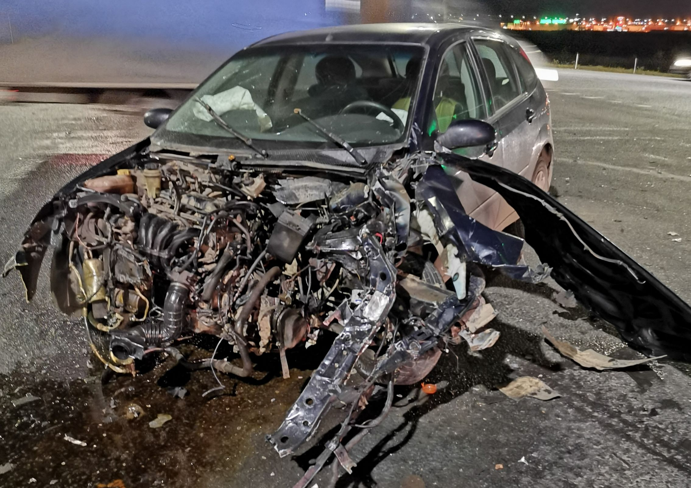 Под Ярославлем женщина на легковушке столкнулась с иномаркой и врезалась в светофор