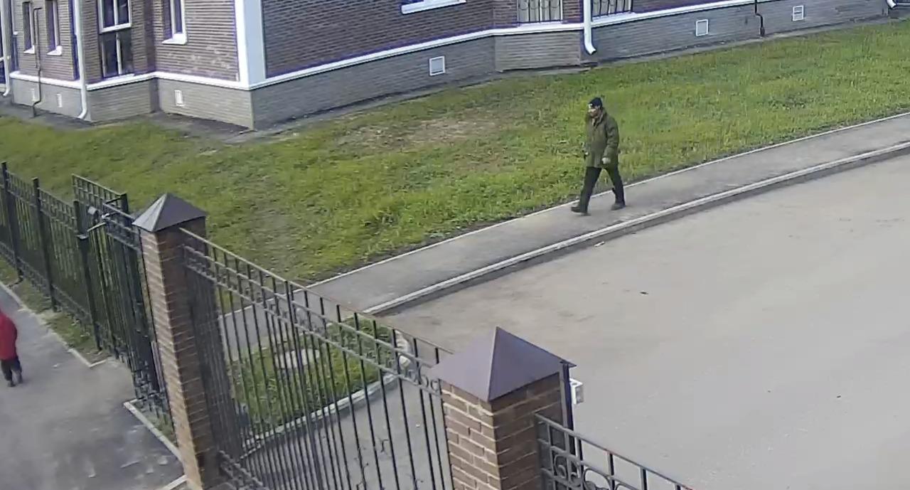 В Ярославле разыскивают вандала, похитившего домофон средь бела дня