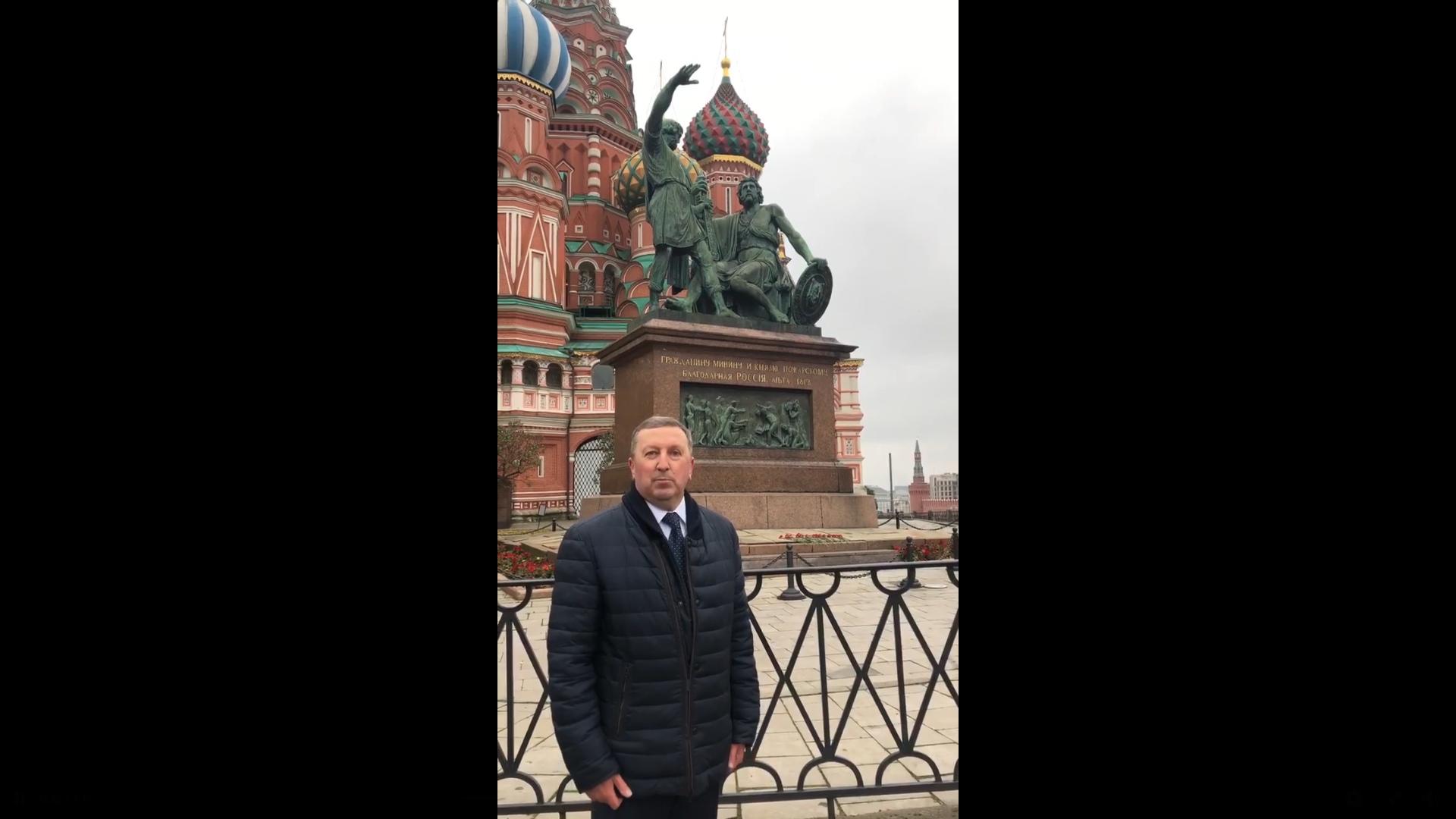 Два праздника слились воедино: Сергей Березкин записал видеопоздравление к ярославцам у памятника Минину и Пожарскому