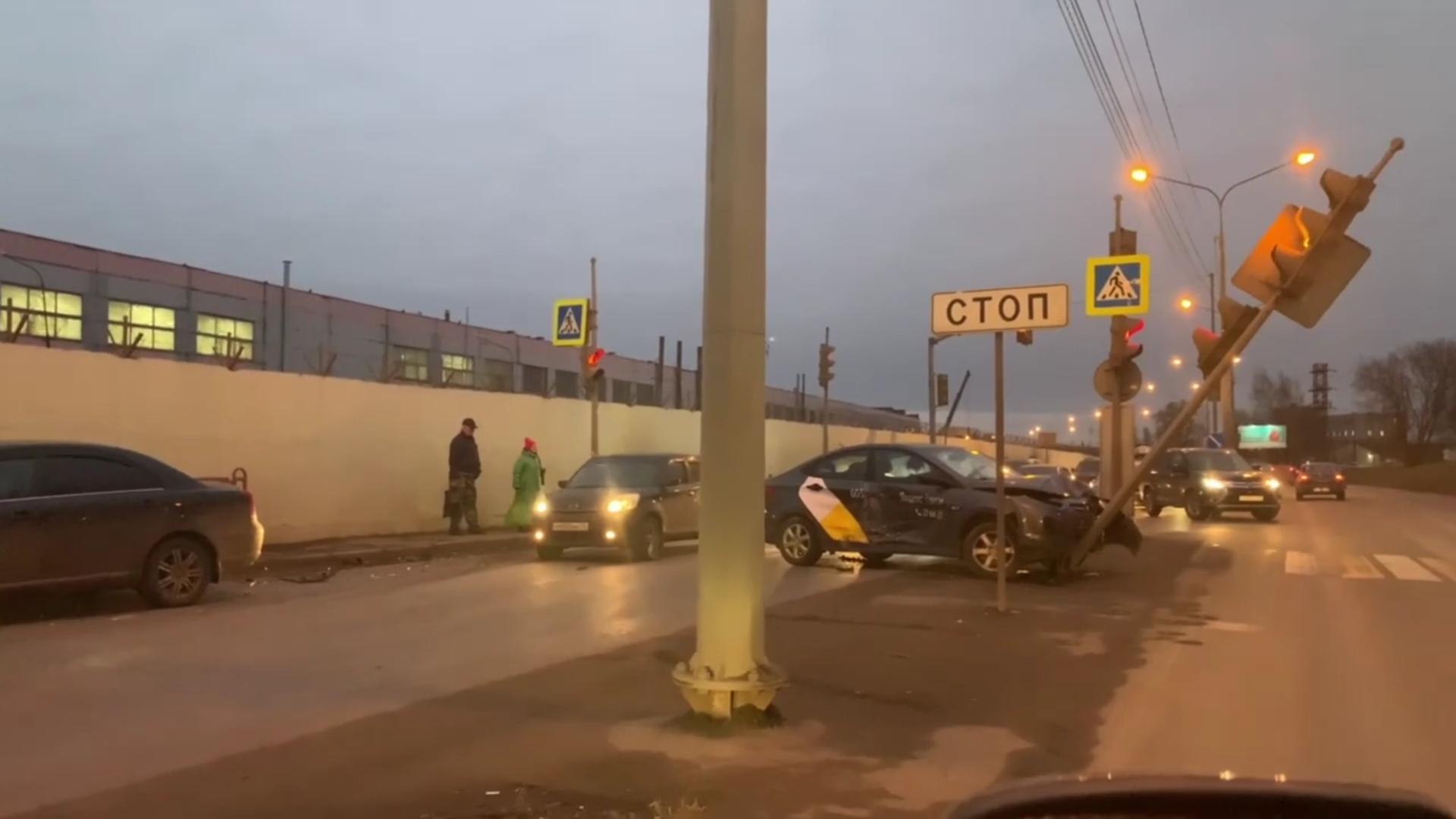В Ярославле на перекрестке такси врезалось в светофор