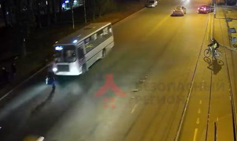 В сети появилось видео, как маршрутка сбила пенсионерку в Ярославле
