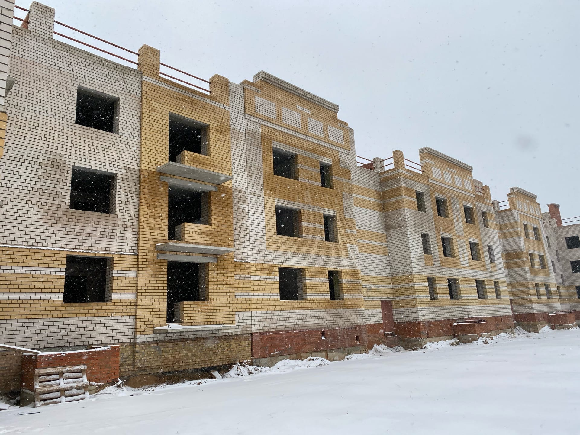 Возобновлено строительство проблемного дома в деревне Мостец под Ярославлем