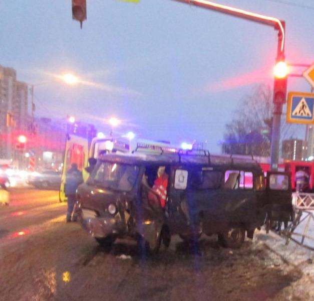 На проспекте в Ярославле УАЗ снес ограждение: пострадали три человека