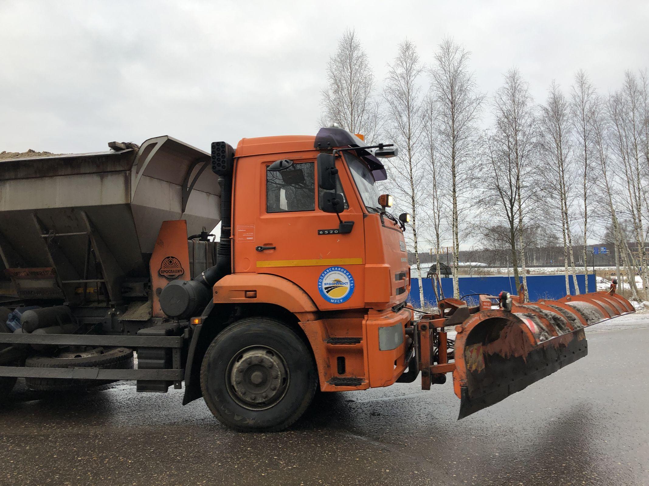 Ежедневно на дорогах Ярославской области работает более ста единиц спецтехники