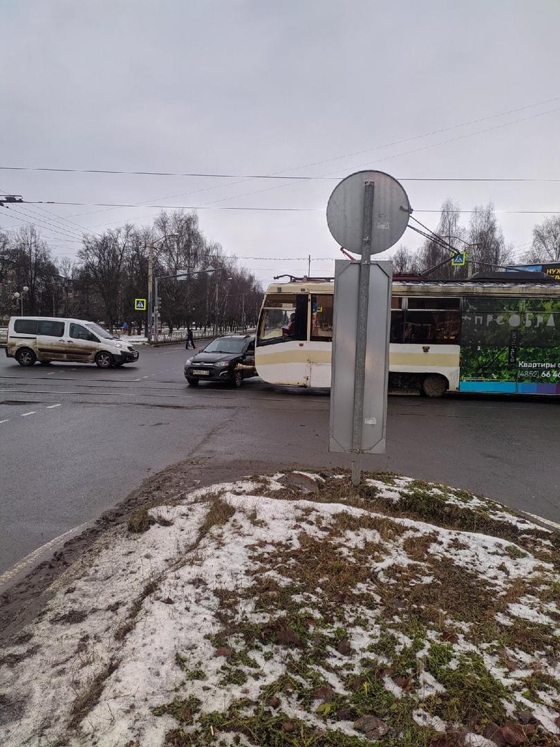 В Ярославле из-за ДТП с трамваем временно встал общественный транспорт