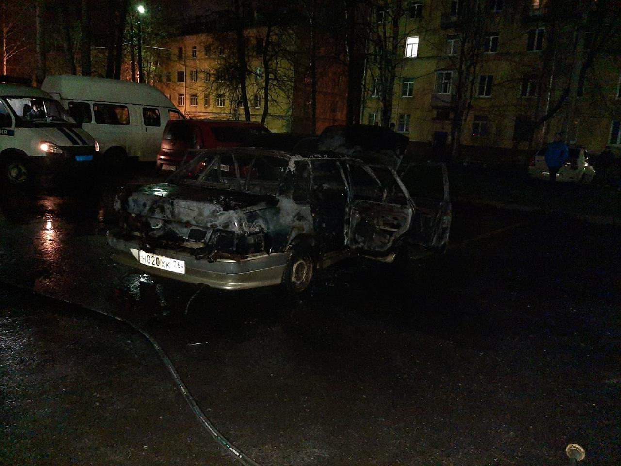В Ярославле ночью подожгли два автомобиля