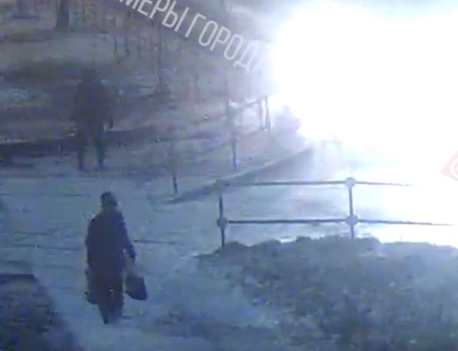 В Рыбинске самосвал уронил светофор и едва не погубил пешехода