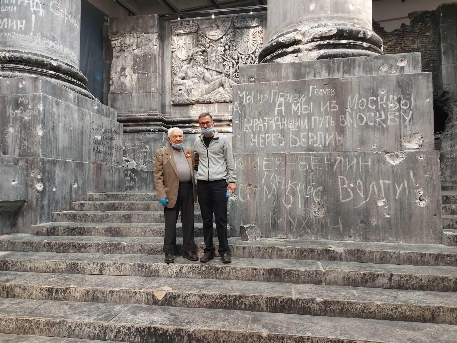 Подарок для ветерана. Волонтеры организовали для Михаила Пеймера путешествие в Москву и Севастополь