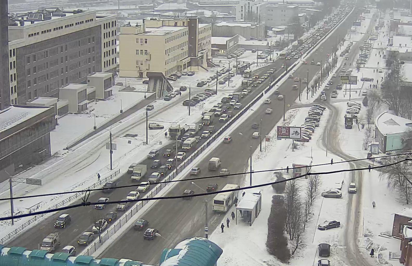 В Ярославле Московский проспект встал из-за снега и сломавшейся фуры