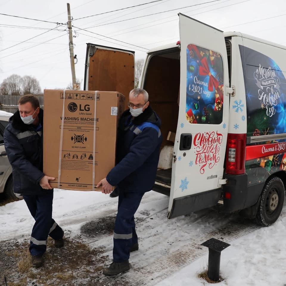 Чудомобили доставили подарки от губернатора многодетным семьям