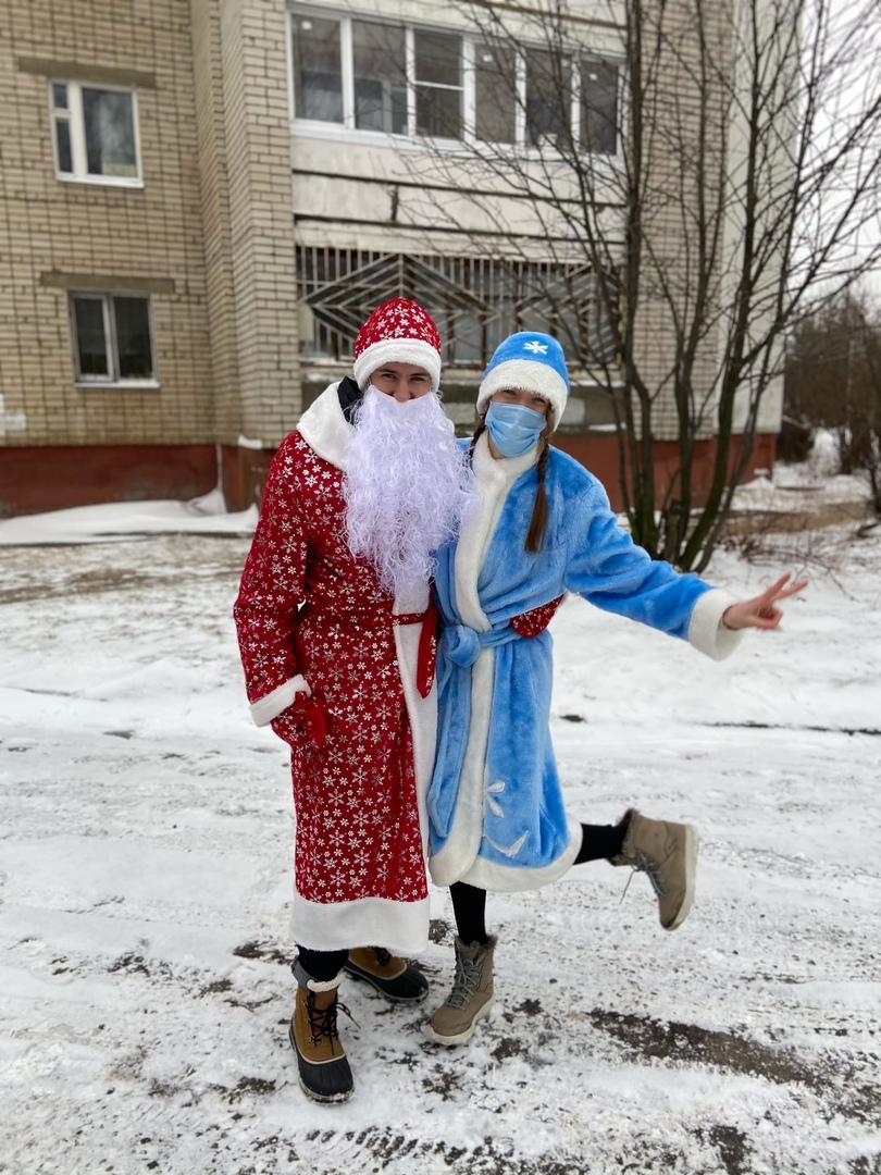 Волонтеры передадут детям медработников области более тысячи новогодних подарков