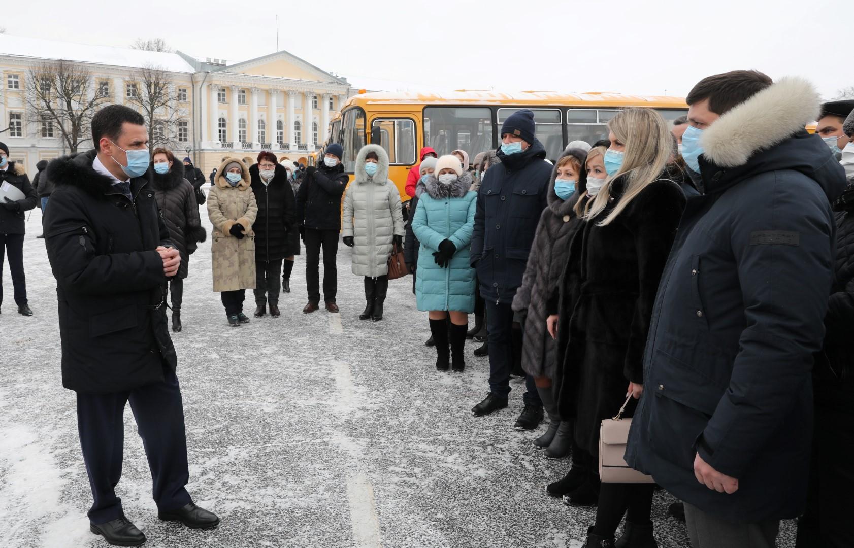 Дмитрий Миронов передал школьные автобусы и машины неотложной помощи в районы Ярославской области