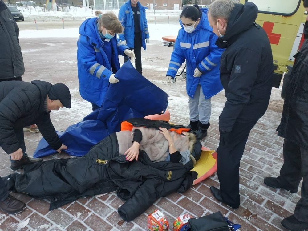 «Вся необходимая помощь оказана»: в Ярославле прокомментировали инцидент с падением женщины на тротуаре