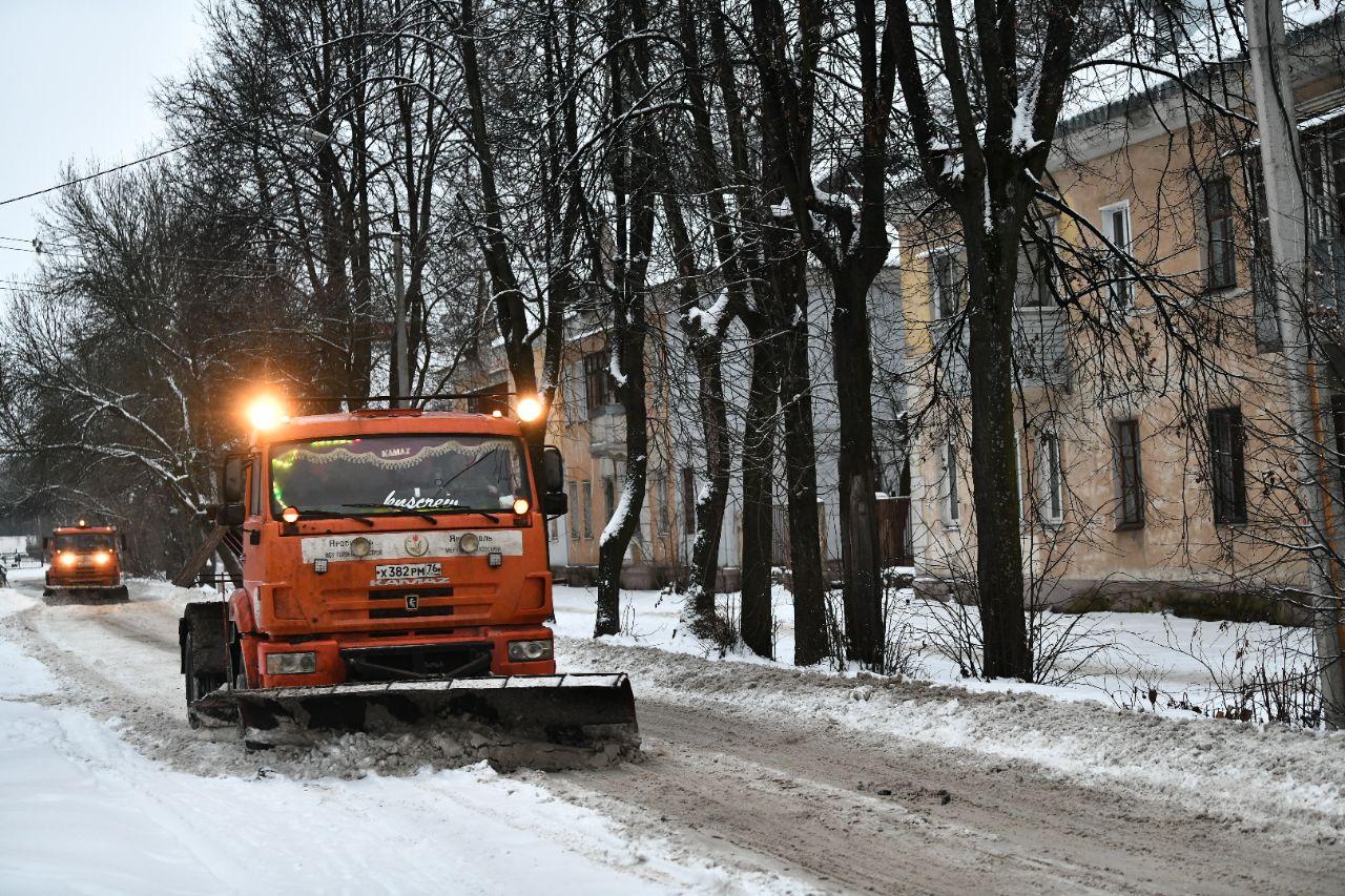 Дороги Ярославля после снегопада накануне вышло убирать 60 единиц техники