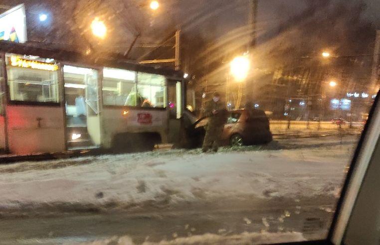 В Ярославле трамвай смял легковушку