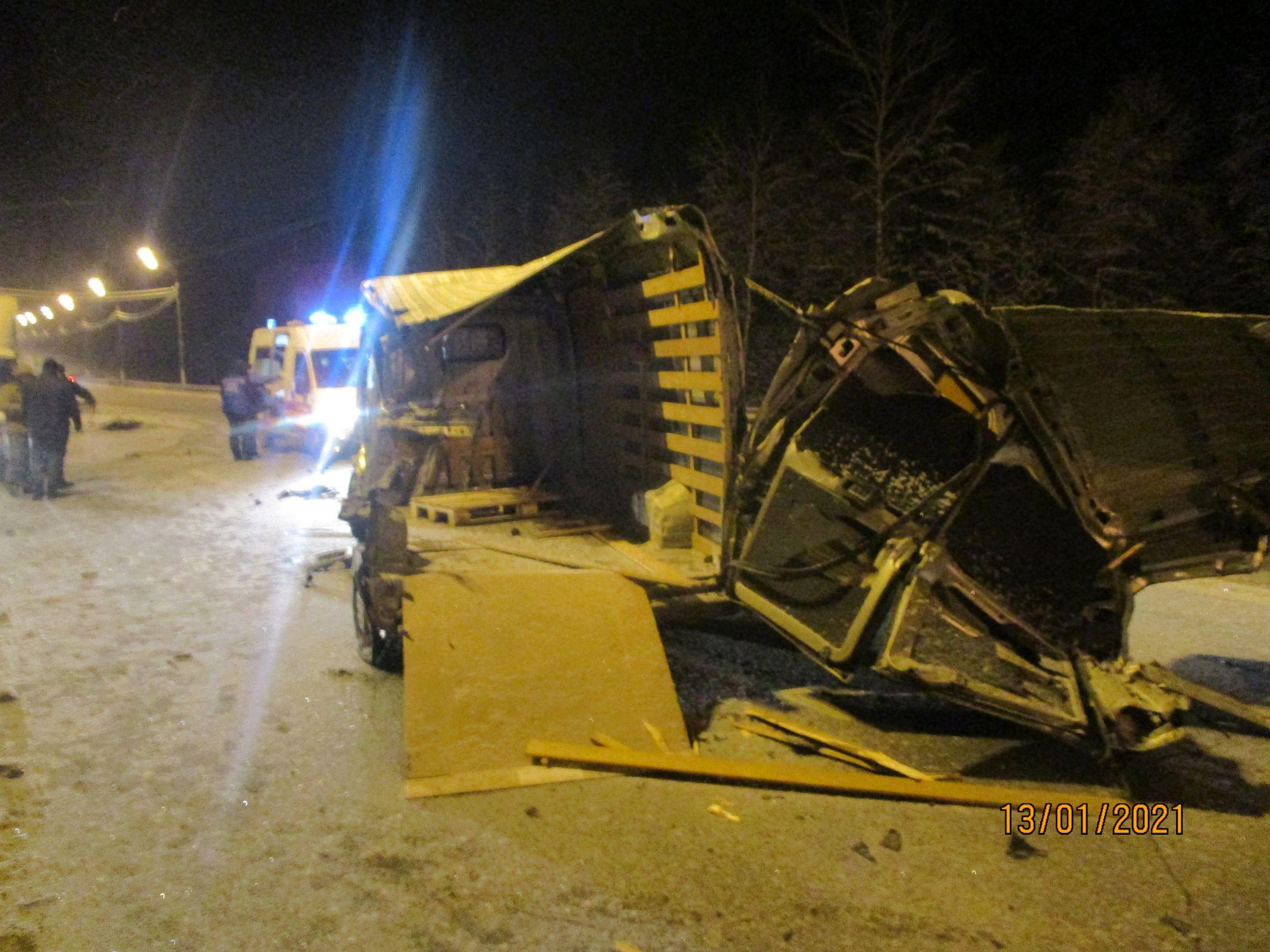 В Ярославской области в крупном ДТП с грузовиками пострадали два человека