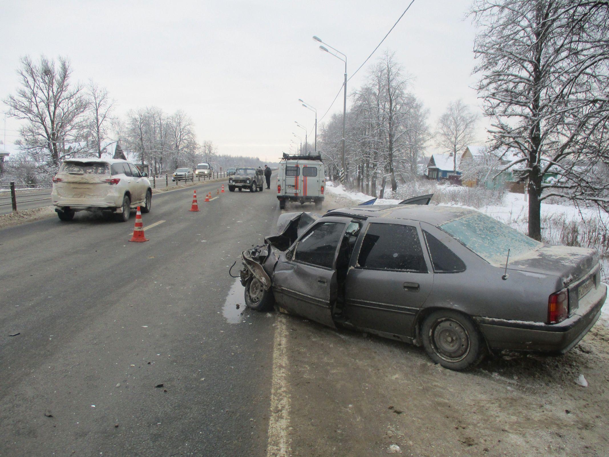 При столкновении легковушки с внедорожником на трассе в Ярославской области пострадали двое