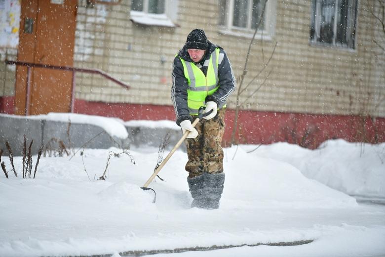 Полсотни единиц техники вышли убирать дороги Ярославля после снегопада