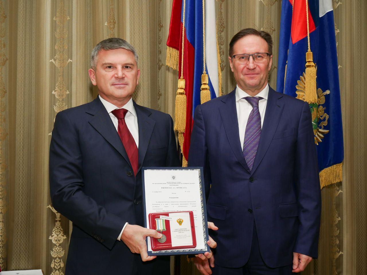 Руководитель Ростехнадзора Алексей Алешин наградил главу «Россети Центр» Игоря Маковского юбилейной медалью ведомства