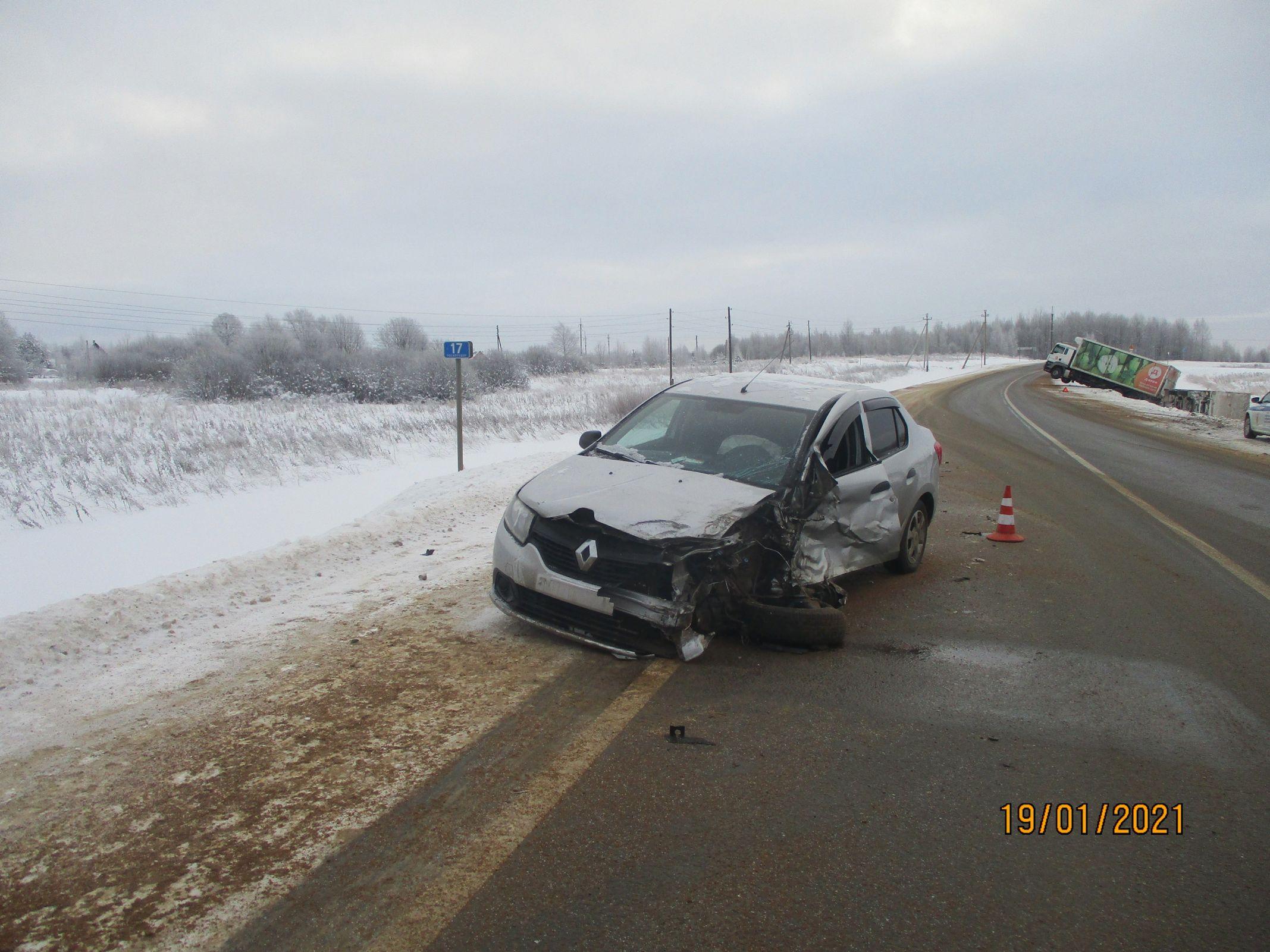 В Ярославской области в ДТП с фурой пострадал водитель легковушки