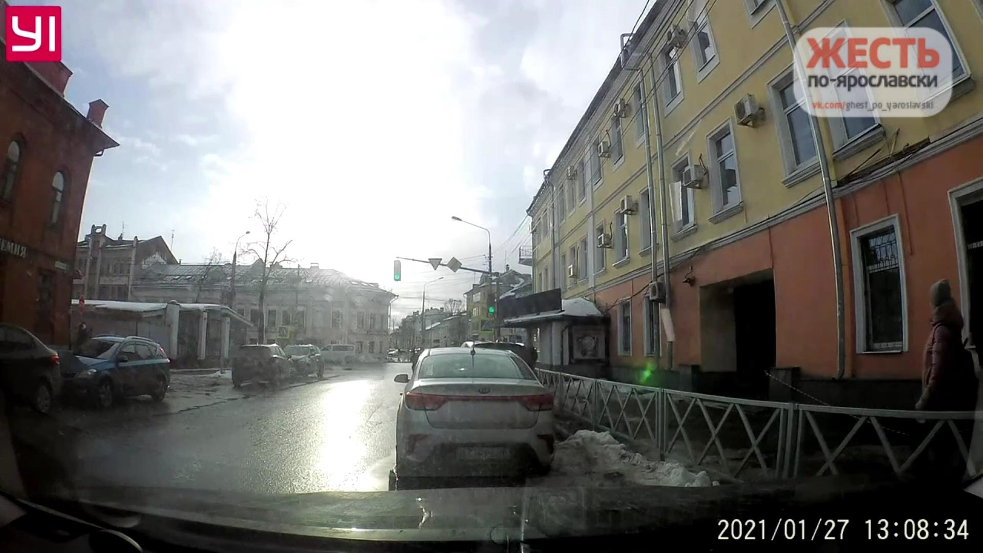 В сети появилось видео, как глыба льда упала на тротуар рядом с прохожими в центре Ярославля