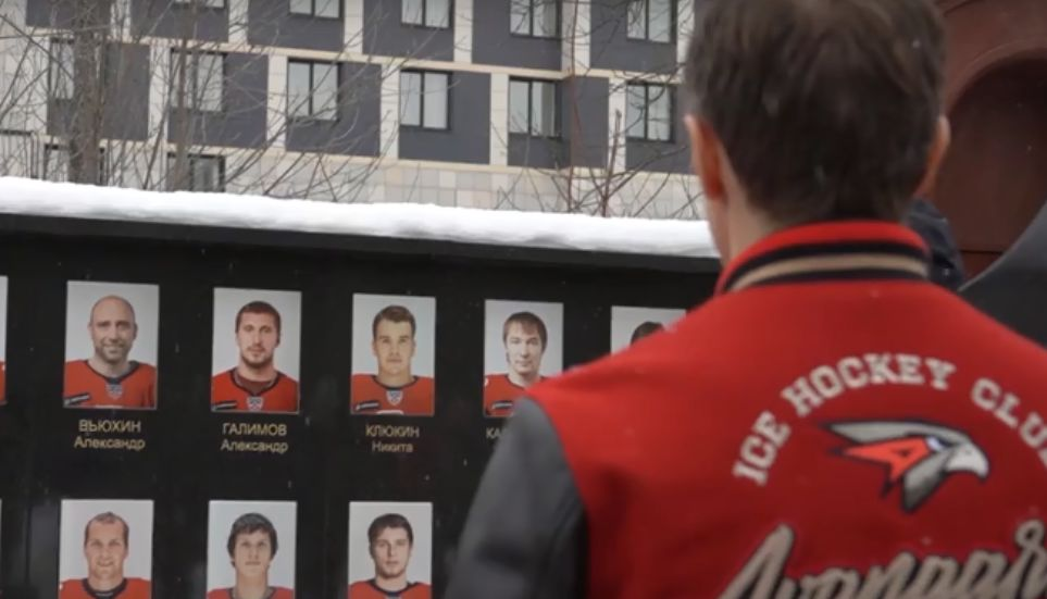 Хоккеисты омского «Авангарда» посетили мемориал погибшему «Локомотиву»