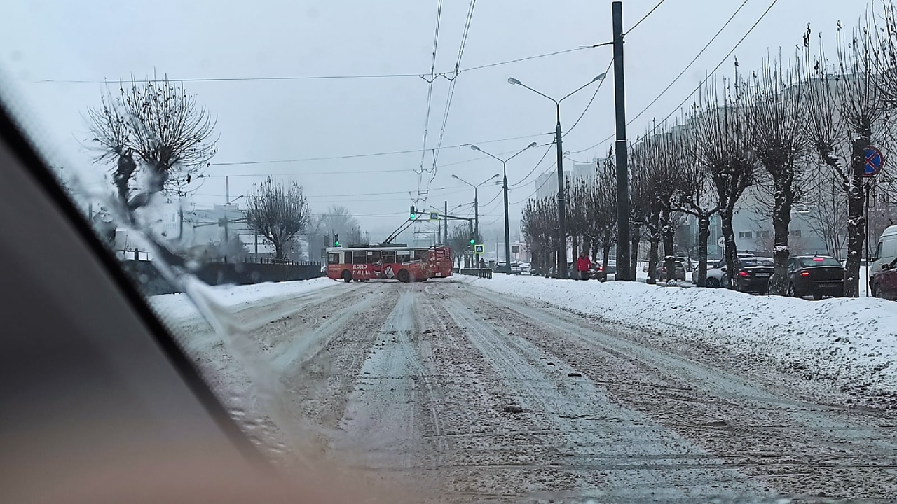 В Ярославле занесло троллейбус, и он перегородил Московский проспект